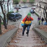 Po schodech ke Kratochvílově rozhledně zkoušíme, kdo nejdál doběhne bez nadechnutí...