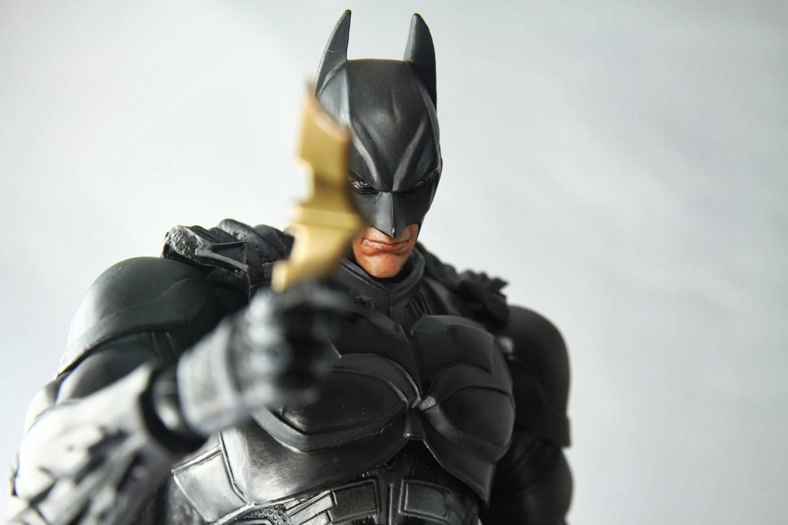 相簿裡蝙蝠俠的封面全都是拿飛鏢的姿勢