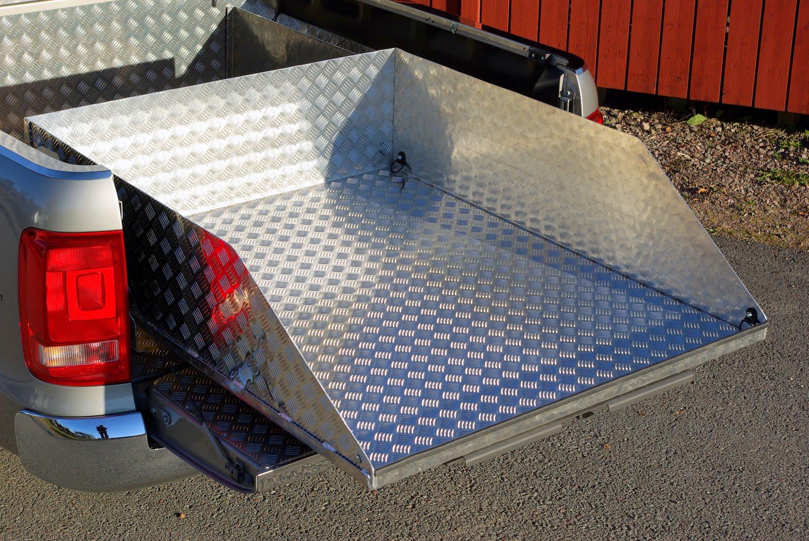 Lastsläde med förvaringsfack fast monterade i bilen. I detta fall en VW Amarok.