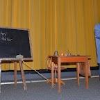 Tableau noir, table du maître d'école avec tous ses accessoires et costume bleu de circonstance pour le prof !