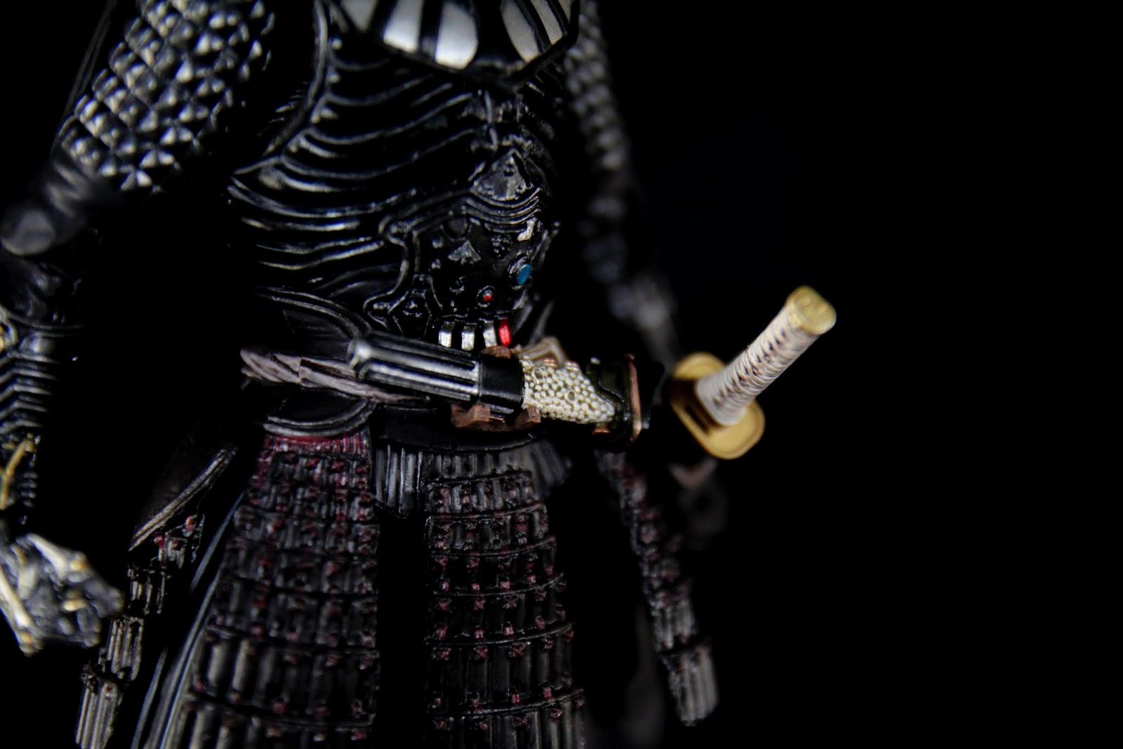 腹部裝上的是光劍柄