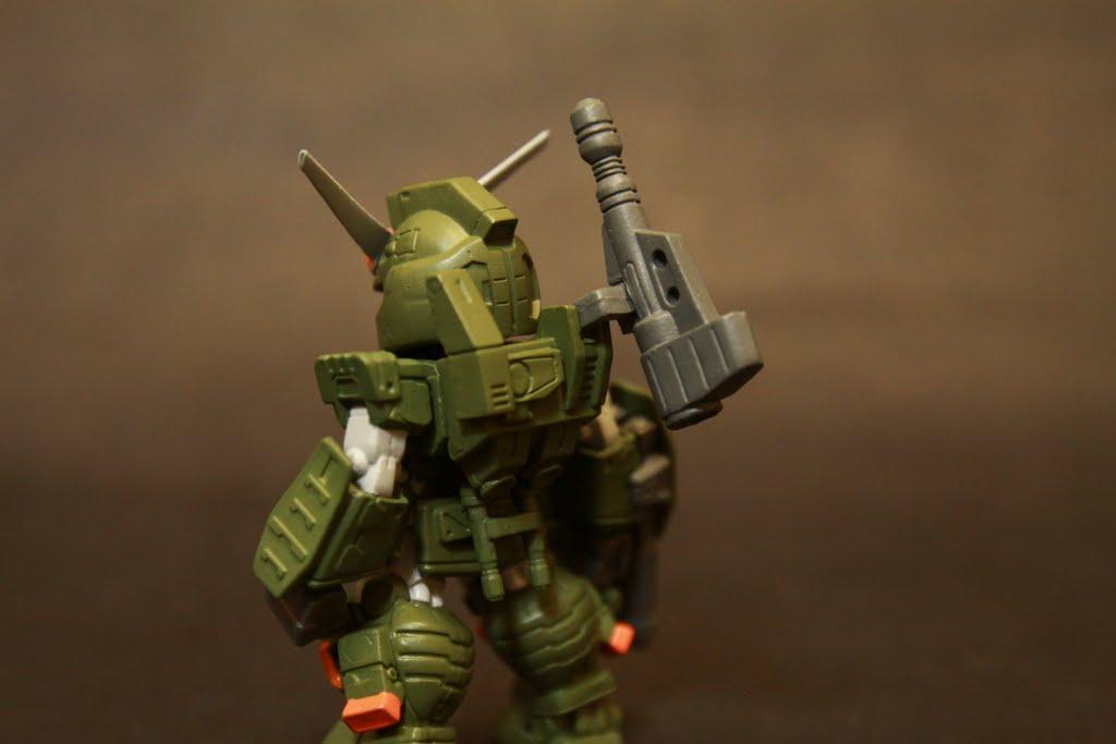 因為背後加裝了武裝及照準設備 所以光劍收納在腰際