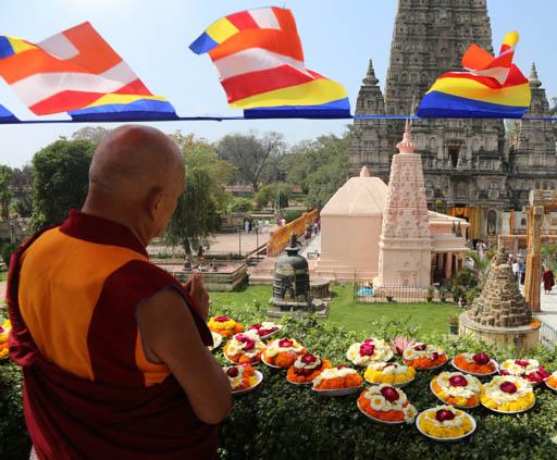 Lama Zopa Rinopche at Mahabodhi Stupa making offerings, Bodhgaya, India, March 2015. Photo by Ven. Thubten Kunsang.