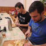 Dospělí připravují bramborový salát na zítra - krájení.