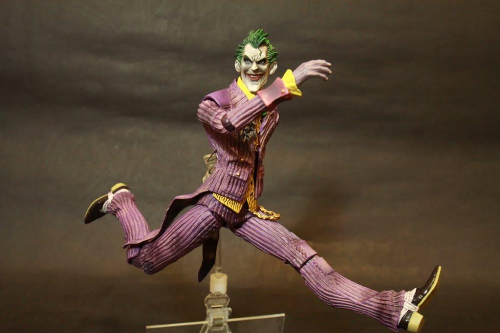 可動性依然只有尚可 鼠蹊部的造型讓腿部最多只有90度 作半跪姿還是可以但不自然 身體則和蝙蝠俠一樣幾乎沒有垂直可動 但因為衣服造型導致小丑連水平可動都被侷限了