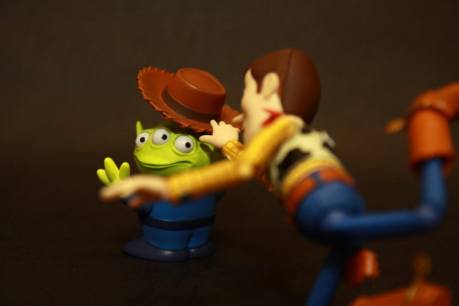 胡迪:看我抓到你啦~~~~~ 三眼外星人:!!!