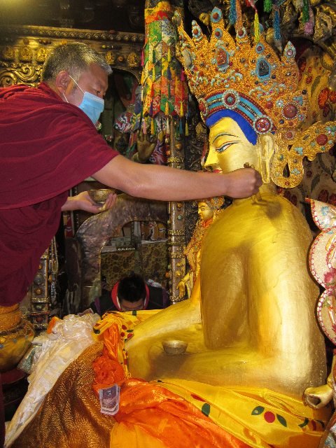 The Puja fund offers gold and robes every month to the Jowo inTibet