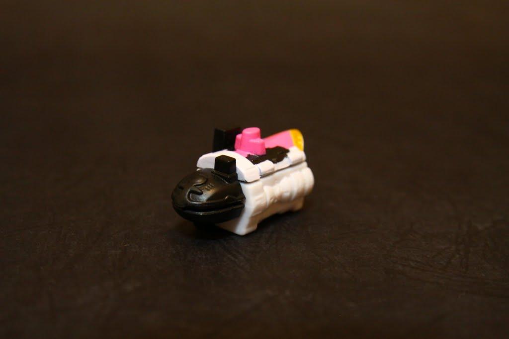 豪快潛水艇: 機頭其實是類似企鵝的造型 但轉蛋沒上色所以看不太出來 為豪快粉紅的座機 也是右腳組件