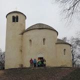 A jsme na vrcholu, u románské rotundy sv. Jiří z dvanáctého století