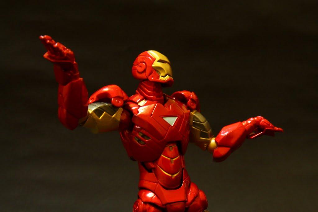 """""""英雄也是會無奈的阿~"""" 史塔克如是說 這邊就可以看到腕部的軟膠零件彎曲"""