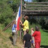 Vlajková četa vztyčuje na ranním nástupu vlajku