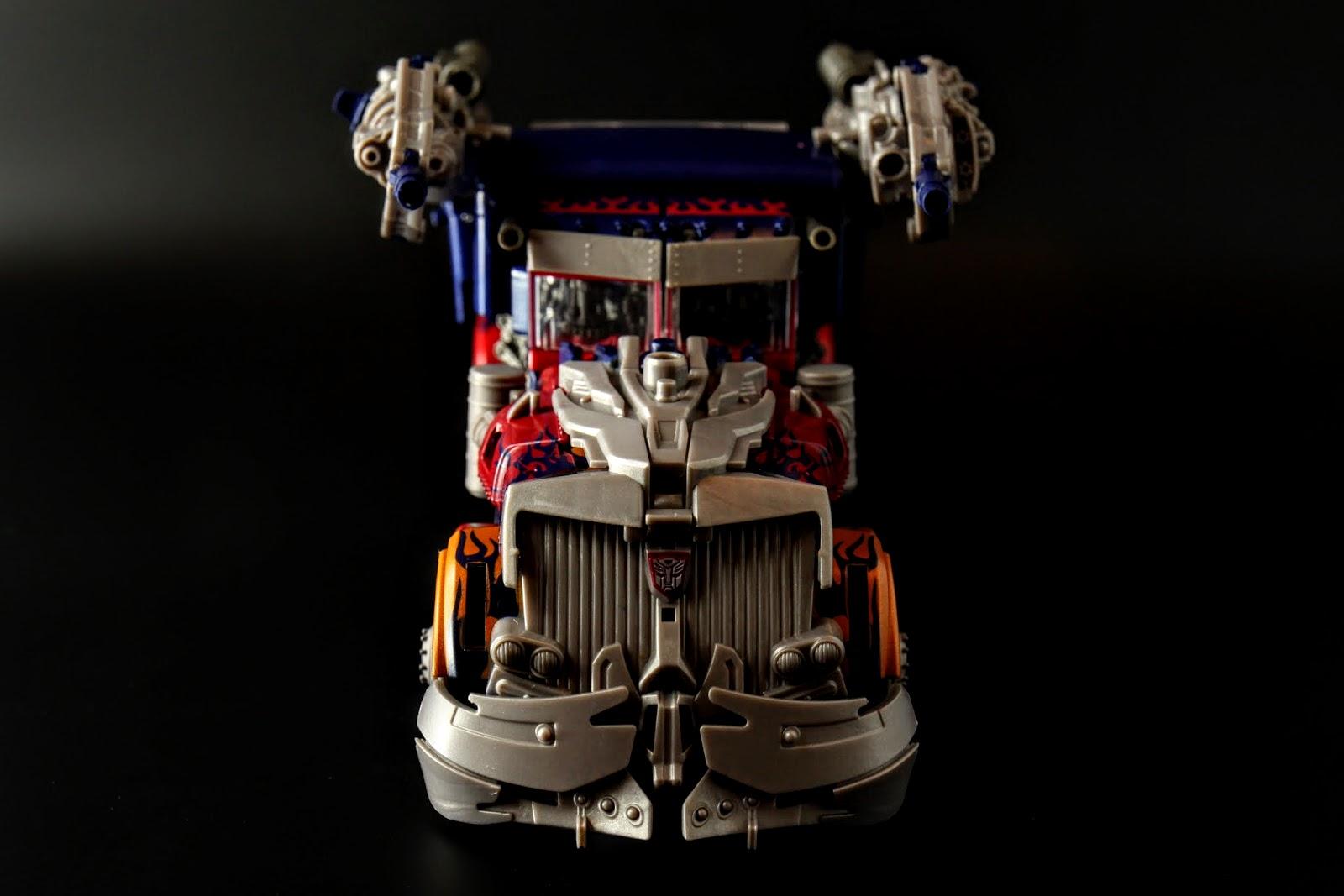 雖然設定是直接從車本體變形拉,不過玩具要做成這樣是要賣多貴?