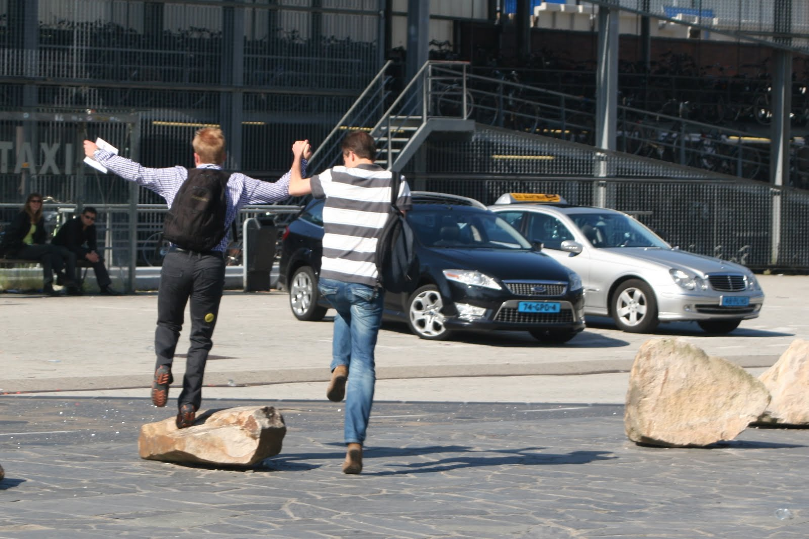 Yorick en Maarten gaan de auto halen