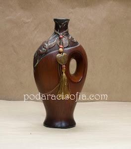 Ваза от керамика с интересна форма. Подходяща за класически обзаведен дом.