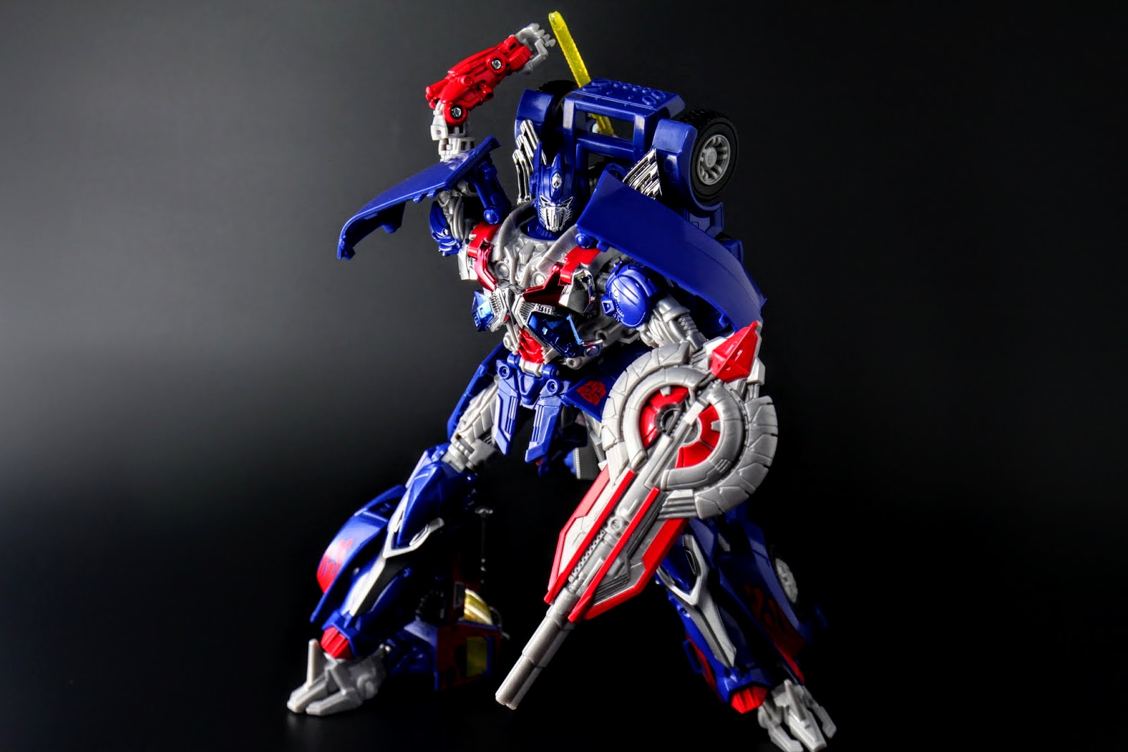 變形完成!博派總司令:Optimus Prime!