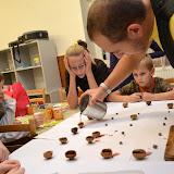 Po svačince je čas udělat si lodičku ze skořápky od ořechu. (Opatrně Ráďo, ať se tím voskem neopaříš!)