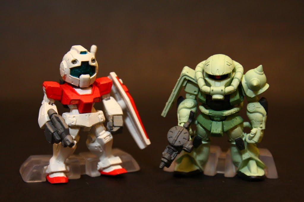 右邊是吉翁的雜魚機-ZAKU II 兩方的雜魚在一起 也不會惺惺相惜的 再說 GM的性能比ZAKU II好太多了….