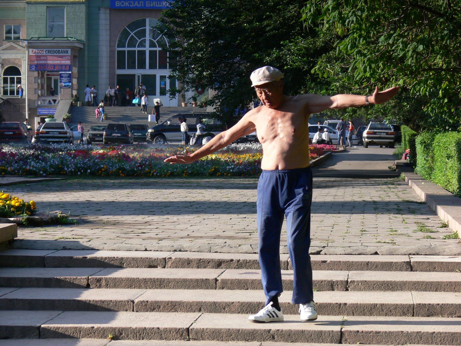 Dziadek udający UFO w Biszkeku, ląduje po tygodniowym ciągu na samogonie kirgiskim. Kirgistan
