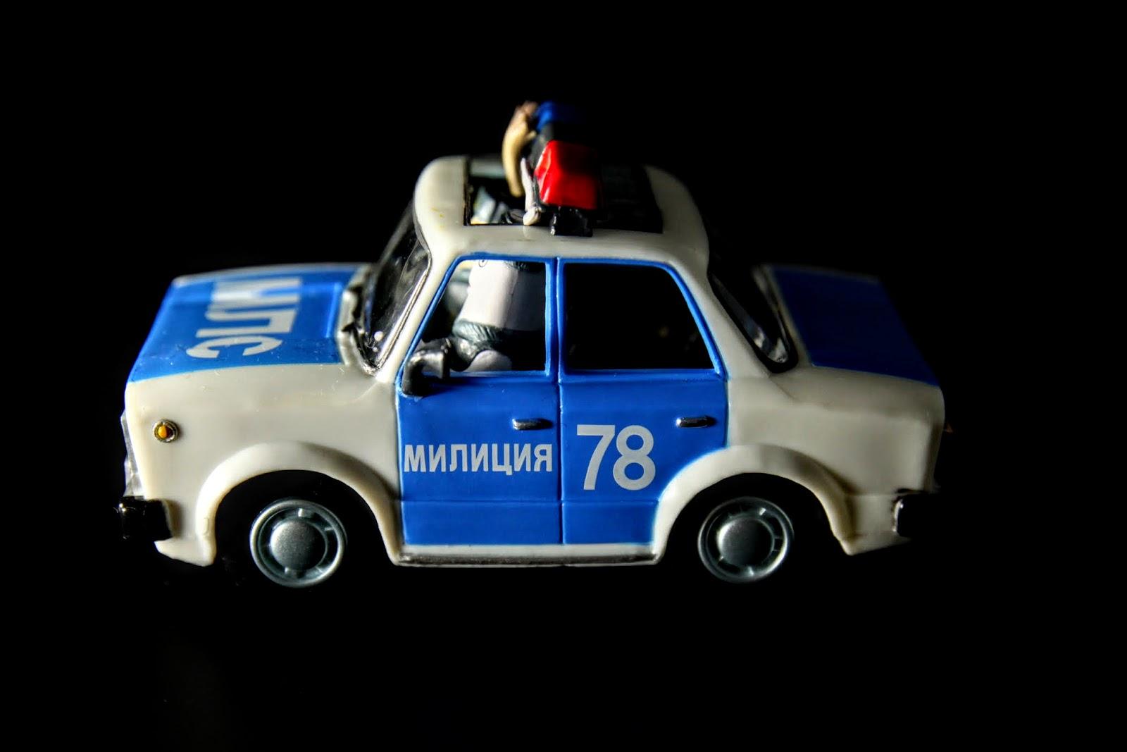 兩隻波麗士開的警車, 中途遇上危險駕駛的基連列克一行人, 於是展開追擊