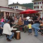 41_Souper et danse accompagnés des percussionnistes.jpg