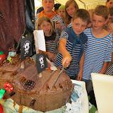První z oslavenců krájí dort