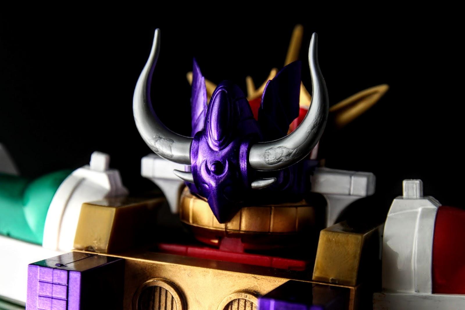 闇機甲神ガンジェノサイダー用的皇冠,但身為核心的影機甲神カオスガイヤー並沒有翻模,正版的已絕版超貴~這紫色好漂亮