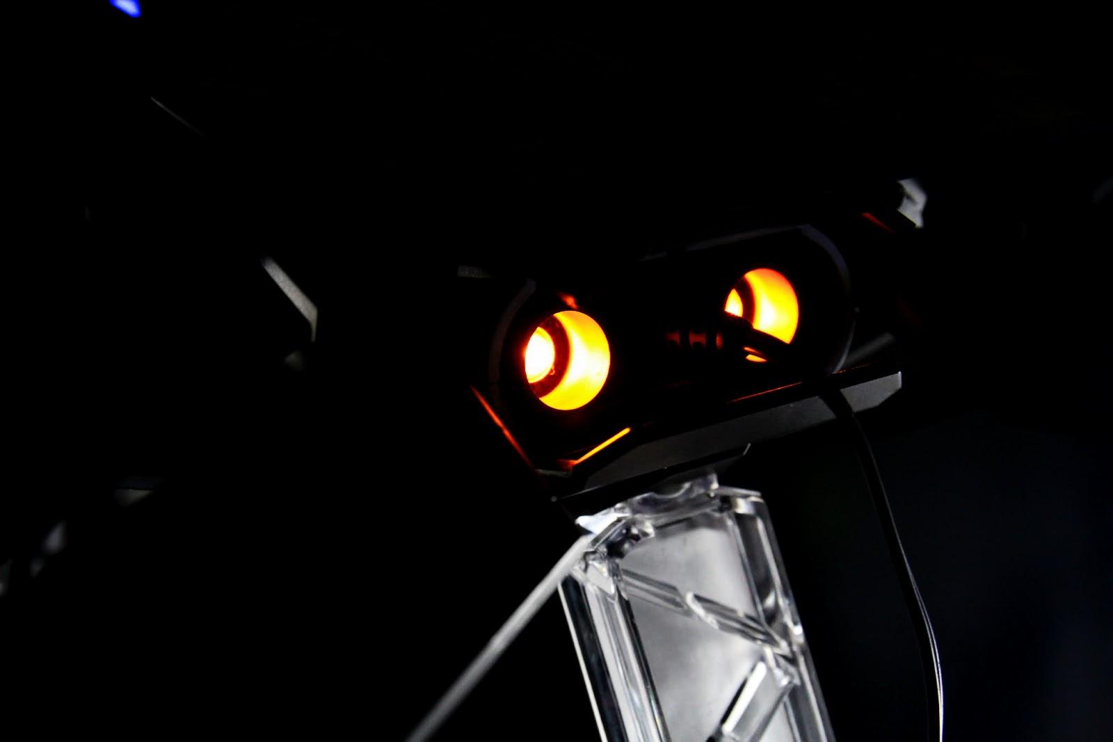 後面的噴射器燈是橘紅色