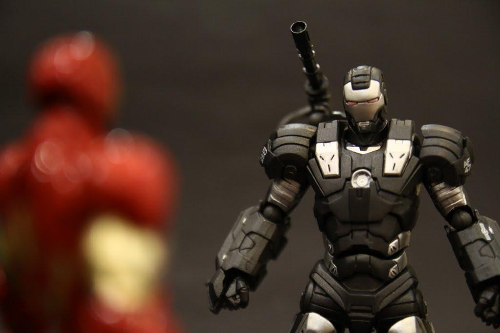 W:東尼,我穿上這鋼鐵裝很帥吧!
