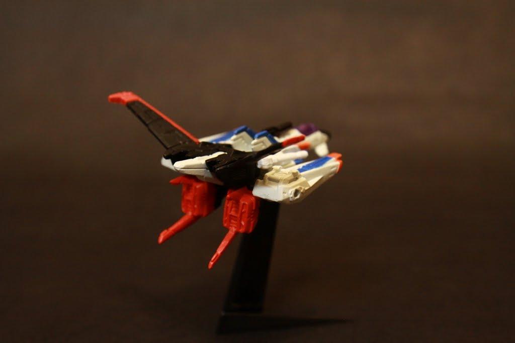 背在後面的就是Strike Gundam用的Aile裝備 初期只能做短期空中滯留 後期改良後就可以飛了~ 非常唬爛的科技演進速度