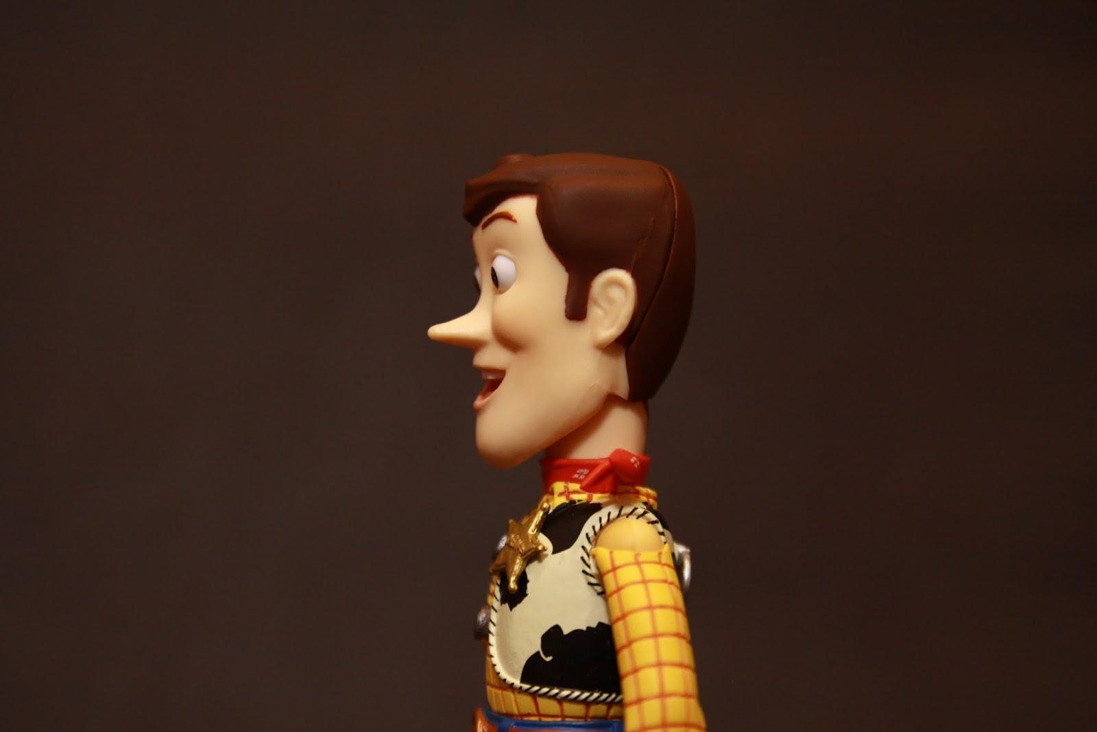 這是本款的胡迪(縮水的) 呃~先生 你哪位? cosplay不是在這邊喔 雖然你衣服很像胡迪 但是你的鼻子也太長了!是在演木偶奇遇記咩? 還有那下巴! 你是要唱愛相隨了咩? 這頭雕品管竟然可以過耶! 難道迪士尼也墮落了咩?