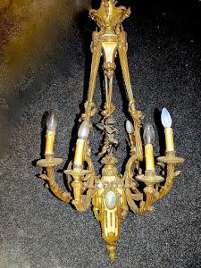 Очень красивая антикварная люстра из позолоченной бронзы с панированной скульптурой пути. ок.1880 г. Позолоченная бронза,  панированная бронзовая скульптура, и три фарфоровые плашки в стиле веджвуд. 65/105 см. 7500 евро.
