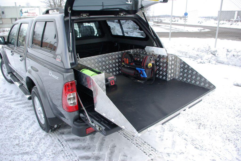 Lastsläde med ljulhuslådor monterade i släden. Utdragen.
