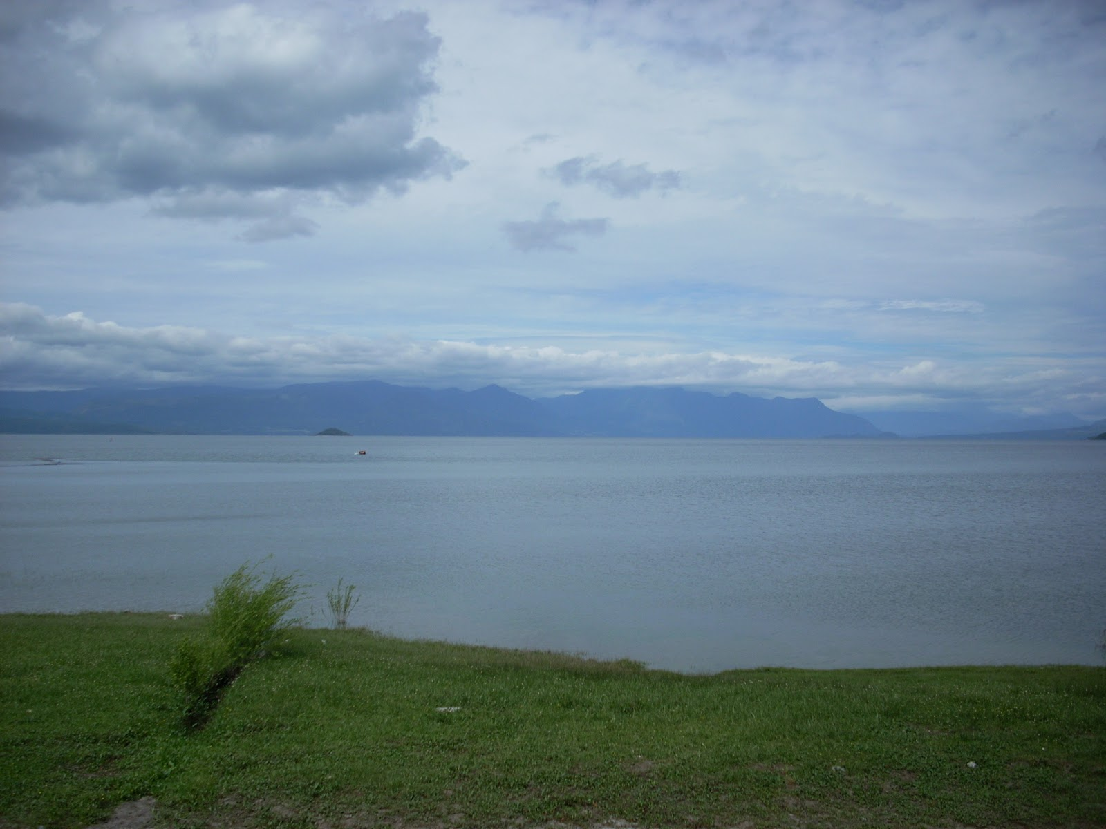 Lago Villaricca. The scenery around here reminds me of the South Island of NZ.