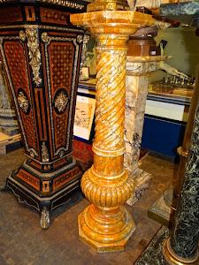Мраморная колонна. 19-й век. Высота 115 см. 4800 евро.