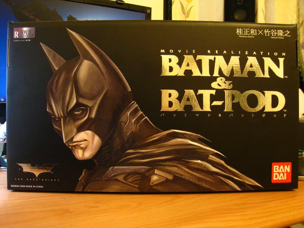 """很清楚的上面寫著""""Batman & Bat-Pod"""" 不是新的i-pod喔 是電影裡後段Bat-mobile被Joker炸掉之後 蹦出來的新武裝 盒面繪圖者是桂正和 是日本知名漫畫家"""