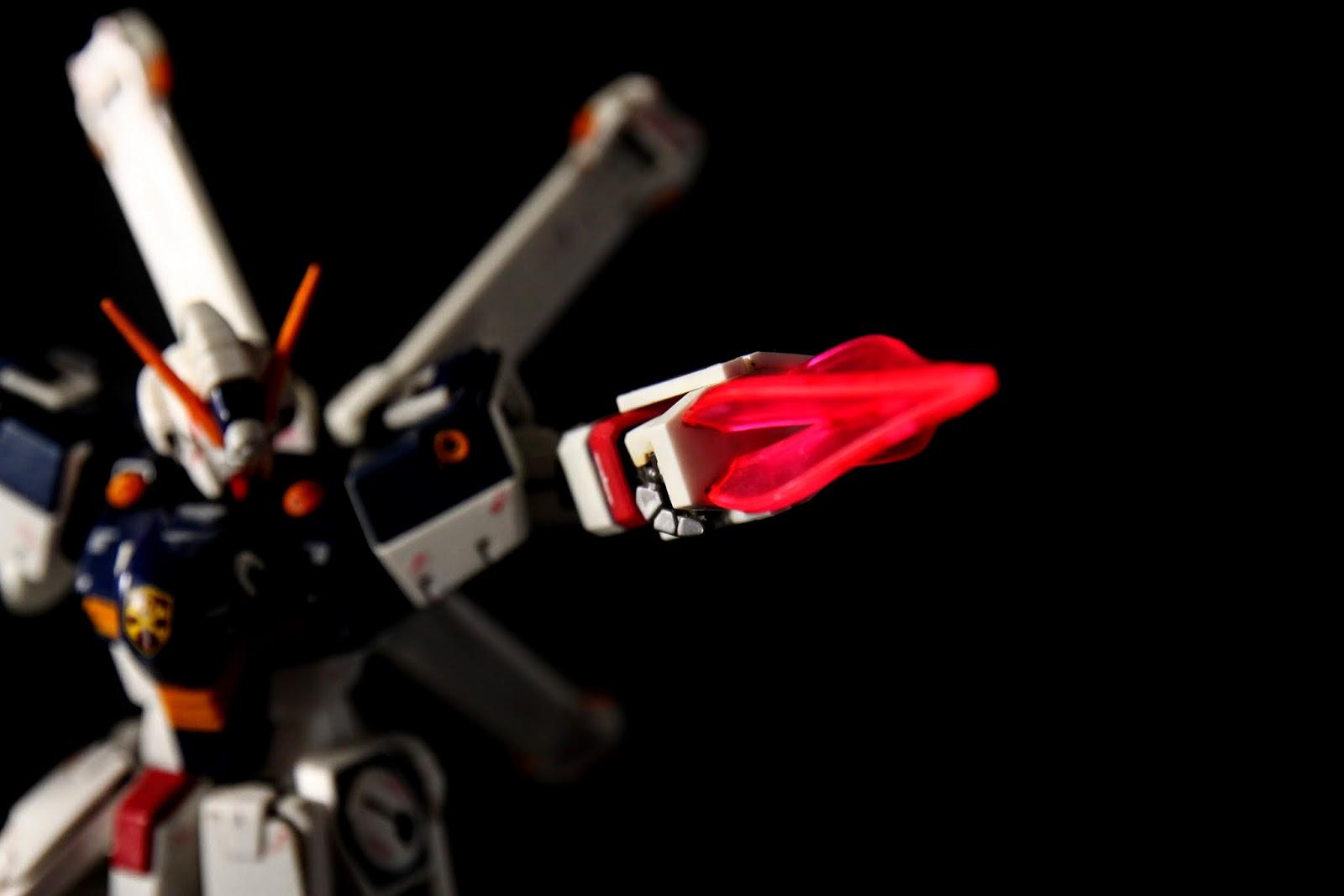 同時也是ビームシールド發生器, 左右手各一~ 但本款模型完全沒有附光束盾的零件!