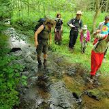 Cesty se nebojíme - a kdo nemá na přebrodění potůčku boty, tomu přes potok pomůžeme a přeneseme ho - bobřík dobrých činů v akci!