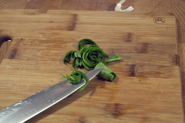 Roll up the reserved spinach leaves into a tight roll and chiffonade.