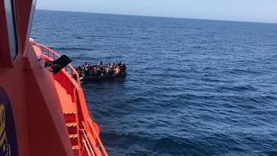 Los rescatados han sido trasbordadas a la embarcación \'Salvamar Spica\'. Archivo.