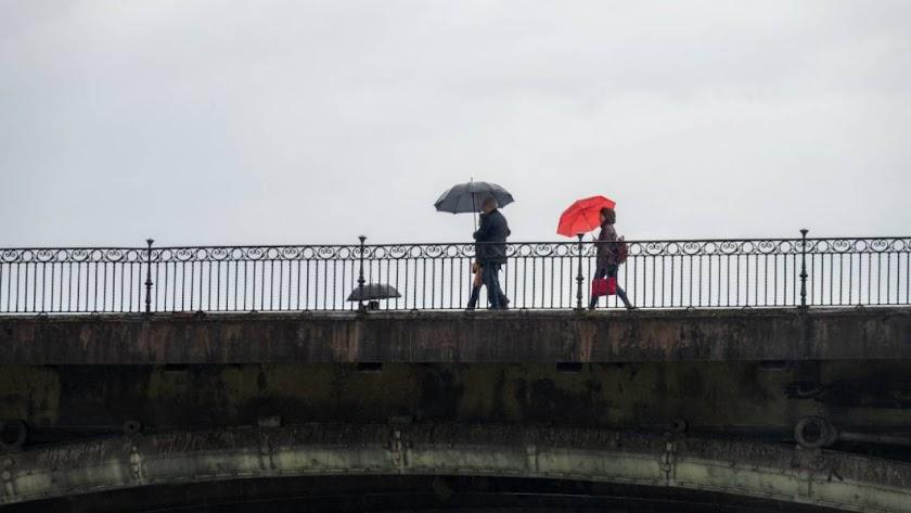 Dos personas pasean con paraguas / Jesús Prieto (Europa Press)