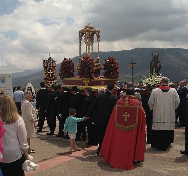 La Santa Cruz del Voto en el Cerro de San Blas, bendiciendo los campos.