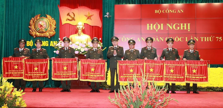 Thừa ủy quyền của Thủ tướng Chính phủ, Bộ trưởng Tô Lâm trao Cờ thi đua của Chính phủ tặng các tập thể có thành tích xuất sắc trong năm 2019