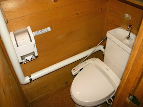 Photo: 階段横のトイレ。 ウォシュレットが付いてます。 楼梯旁的厕所带有清洁功能 Toilet beside stairs with cleaning functions