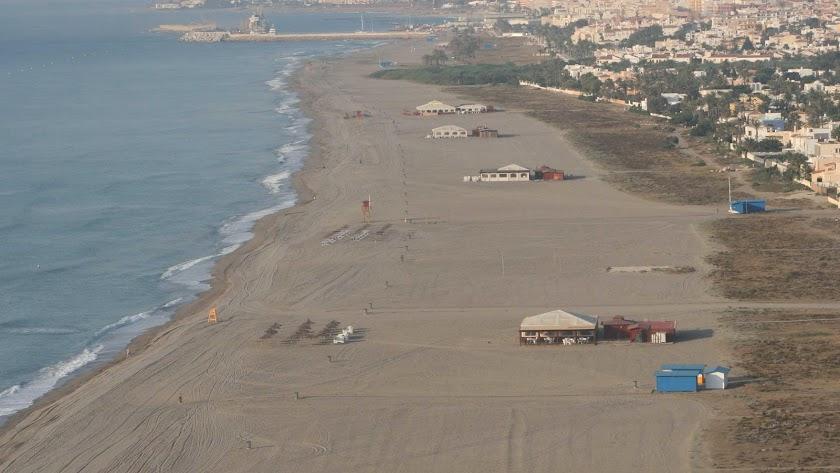 Imagen aérea de chiringuitos en la costa de Vera.