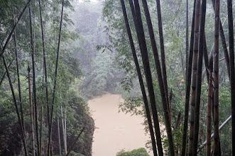 Photo: Kete´Kesu Tana Toraja (Sulawesi)  No muy lejos detrás de la Tongkonan, menhires se levantan en los campos de arroz, que marcan el camino a la colina espeluznante de Bukit Buntu Ke'su. Bukit Buntu Ke'su es un antiguo cementerio, estimado en más de 700 años de antigüedad. En la ladera rocosa se dispersan cráneos y huesos humanos, algunos apilados en grandes recipientes en forma de canoa. La cara del acantilado es ahuecada con cuevas, que son criptas antiguas. Las cuevas fueron talladas por maestros en su especialidad y pudieron llevar muchos meses.     Según la tradición, los de condición noble fueron enterrados en agujeros más altos, mientras que los plebeyos descansaban al pie de la colina. Los torajas creen que cuando más alto estés enterrado, más fácil es el camino hacia el Paraíso. Estatuas de tamaño natural, llamadas tau-tau -que son las efigies de los muertos- cuelgan de la cara del acantilado. Están talladas a imagen de la persona fallecida y montan guardia fuera de cada tumba, como símbolo de los ¨habitantes¨ de cada tumba. Algunas de las tumbas están aseguradas con barras de hierro para prevenir el robo. Ataúdes también cuelgan de las paredes de la colina, con formas diversas como dragones, cerdos y búfalos. Las cajas de madera fueron grabadas con gran precisión y belleza, pero ahora se están rompiendo por la edad.¨  Lunes 23 de marzo de 2015