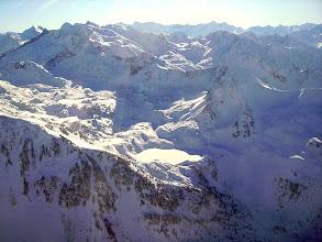 Photo: Lac dets Coubous 2041m gelé et enneigé dominé à l'ouest par la ligne des crêts des pic de Lurtet 2506m, pic d'Astazou 2622m, pic de la Mouréle 2679m et le Néouvielle 3091m.