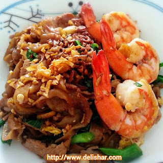 Phad See Ew (Thai Stir-fried Rice Noodles in Soy Sauce)