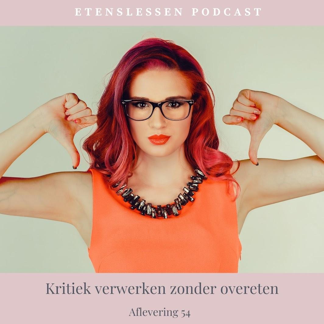 Vrouw met bril die niet blij is. Ze doet twee duimen naar beneden