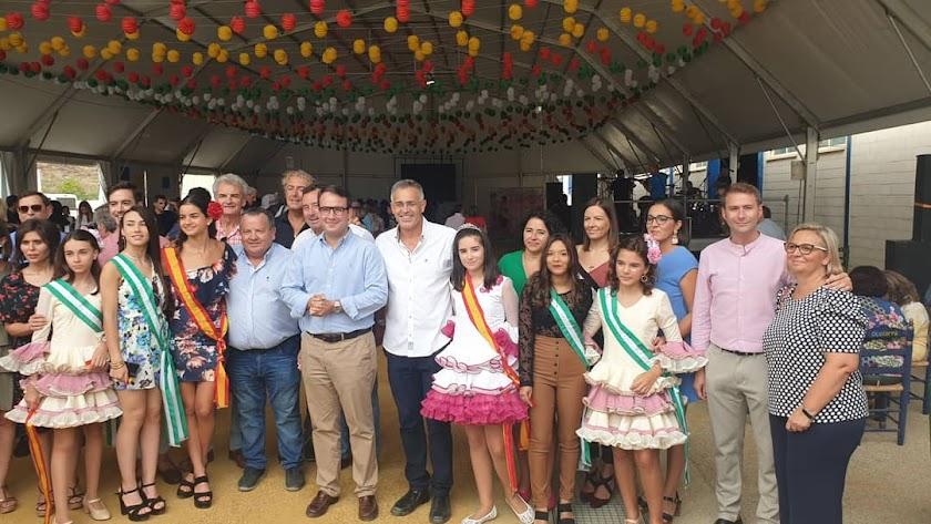 El alcalde y el diputado provincial, junto al presidente de la Mancomunidad cortaron la cinta inaugural de la Feria.
