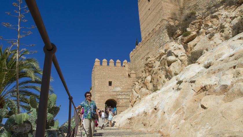 Visitantes entran y salen del Conjunto Monumental de La Alcazaba.